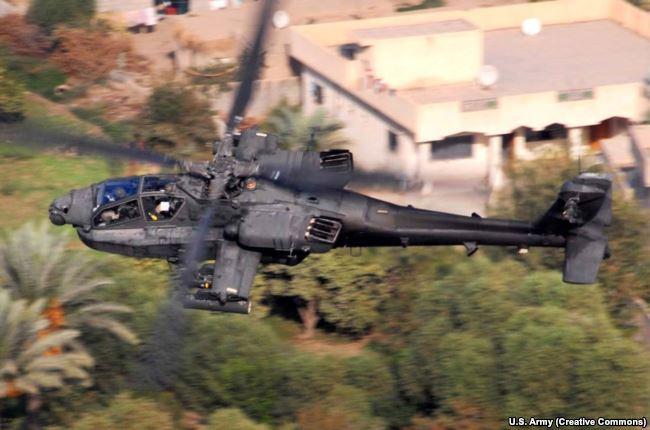 Вертолет AH-64 Apache, который, по словам представителя Пентагона, участвовал в отражении атаки на позиции