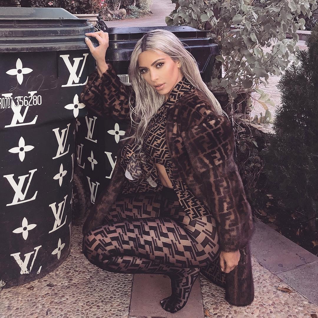 Ким Кардашьян подчеркнула свою попу обтягивающими леггинсами.