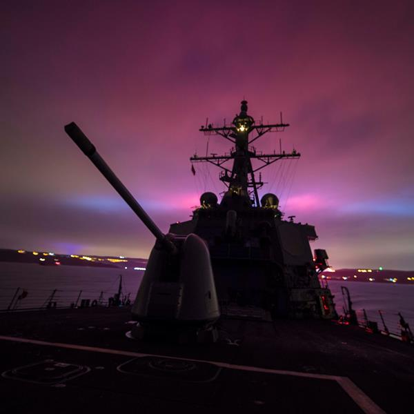 Ракетный эсминец USS Carney.