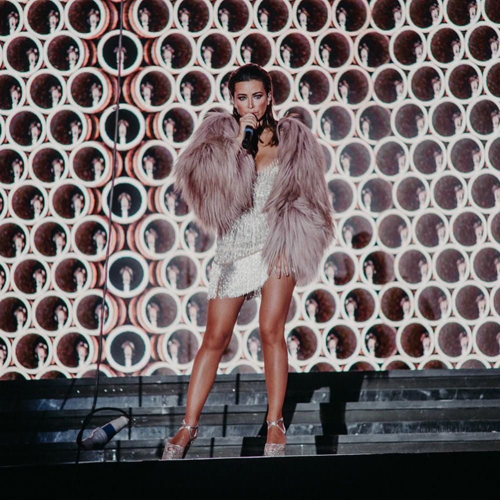 Ани Лорак появилась на сцене в облегающем боди