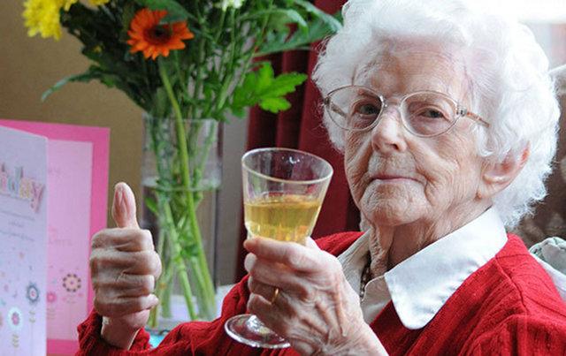 Ученые выяснили, что продлить жизнь поможет употребление алкоголя и пара лишних килограммов