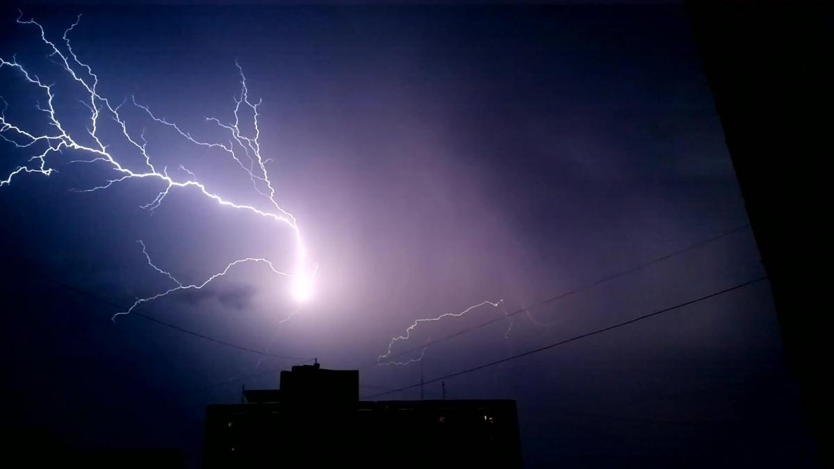 Молния в ночном небе