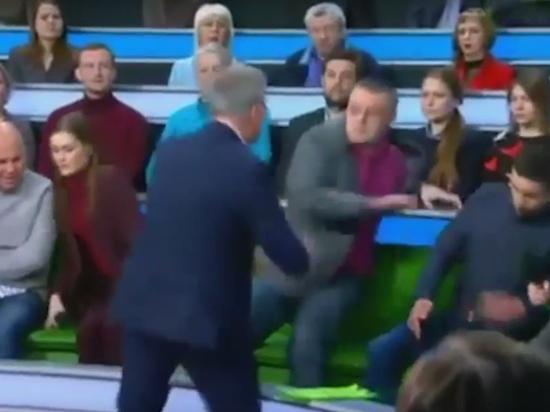 Ведущий с кулаками набросился на украинца