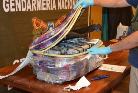 В 12 чемоданах, обнаруженных в посольстве РФ в Аргентине, находились кофе, алкоголь и подарки.