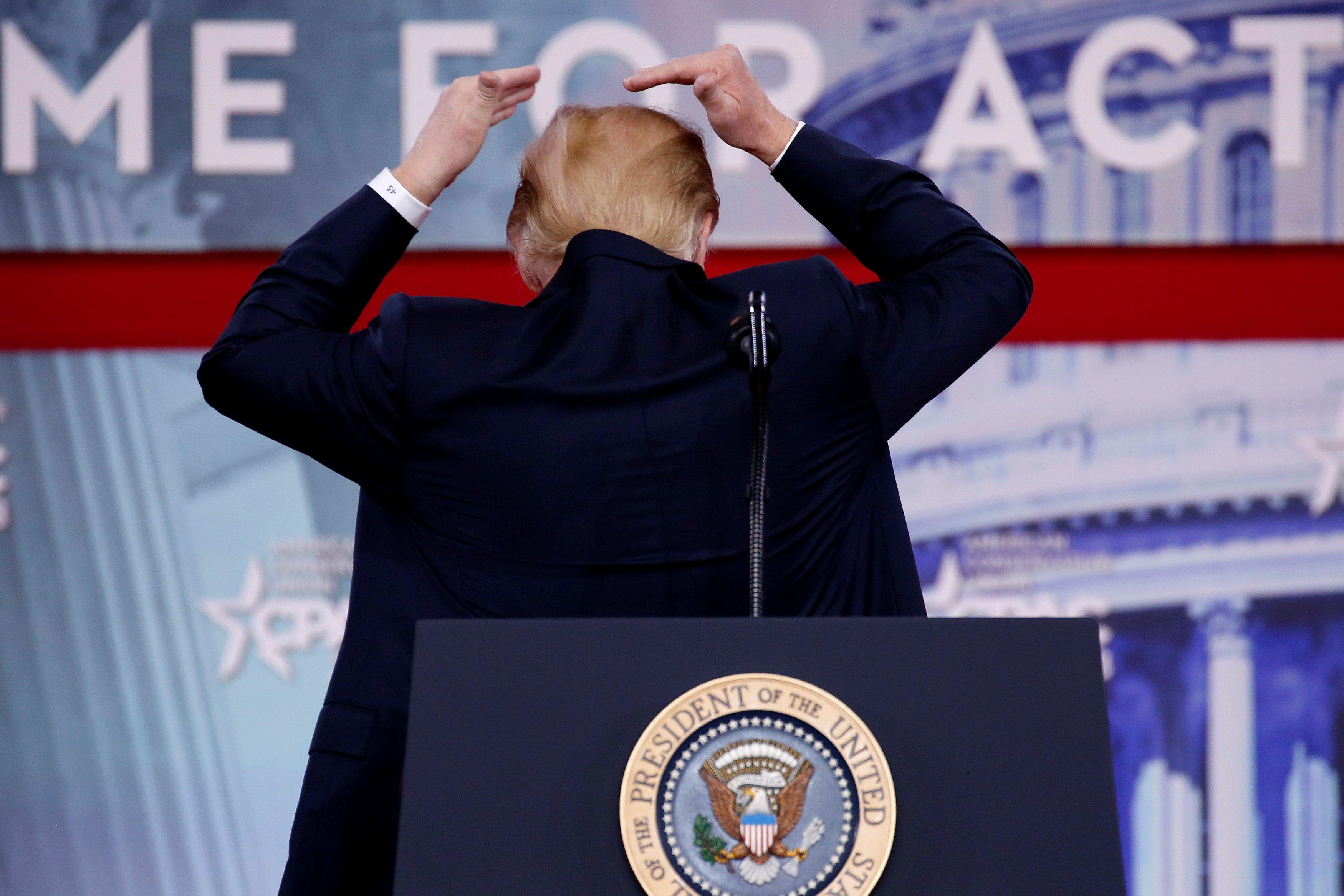 Дональд Трамп демонстрирует свою прическу.