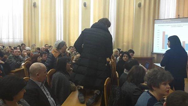 Наталья Манойленко попала в зал заседаний ползком по столу Фото: Facebook/Ольга Червакова