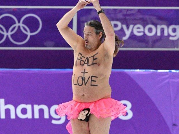 На Олимпиаде мужчина выбежал на лед в балетной пачке Фото: TMZ