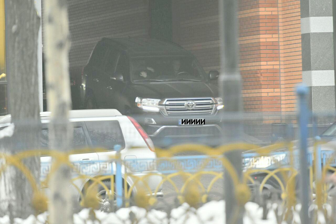 Сын Авакова ездит вместе с личным водителем на джипе Toyota. Фото: Аркадий Манн/Страна