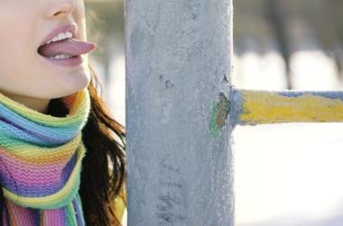 В Одессе девушке облили язык чаем, чтобы он отлип от трубы