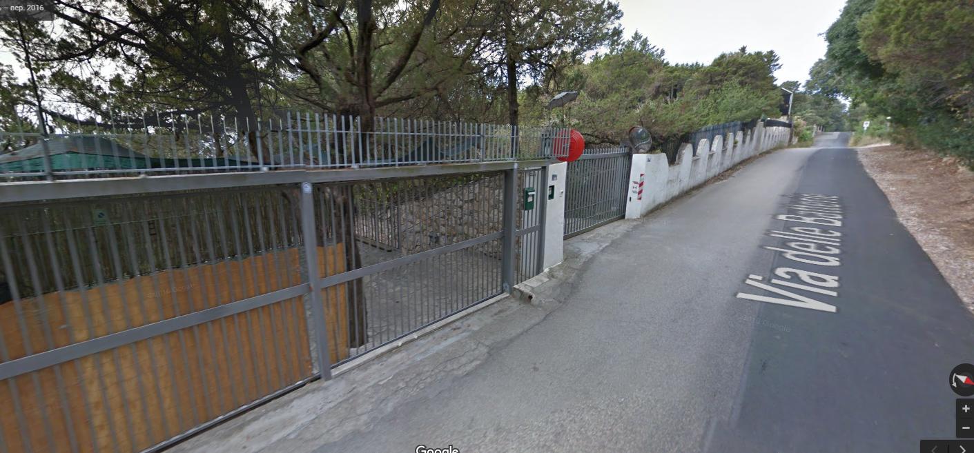 Забор вокруг виллы Авакова в муниципалитете Сан Феличе Чирчео в регионе Лацио.