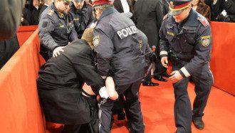 Полиция задержала активистку Femen на балу в Вене. Фото: Heute