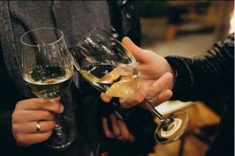 Ученые убеждены, что бокал вина способен укрепить стенки сосудов. Фото: Instagram/wine_and_cheese