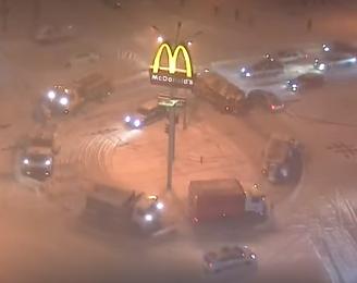 В Одессе засняли на видео, как снегоуборочные машины необычно чистили от снега круговой перекресток