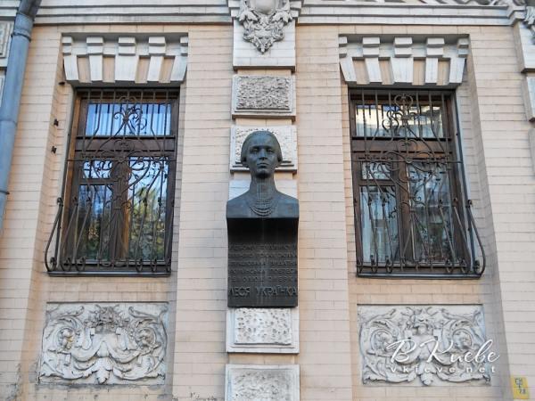 Вандалы похитили бюст Леси Украинки