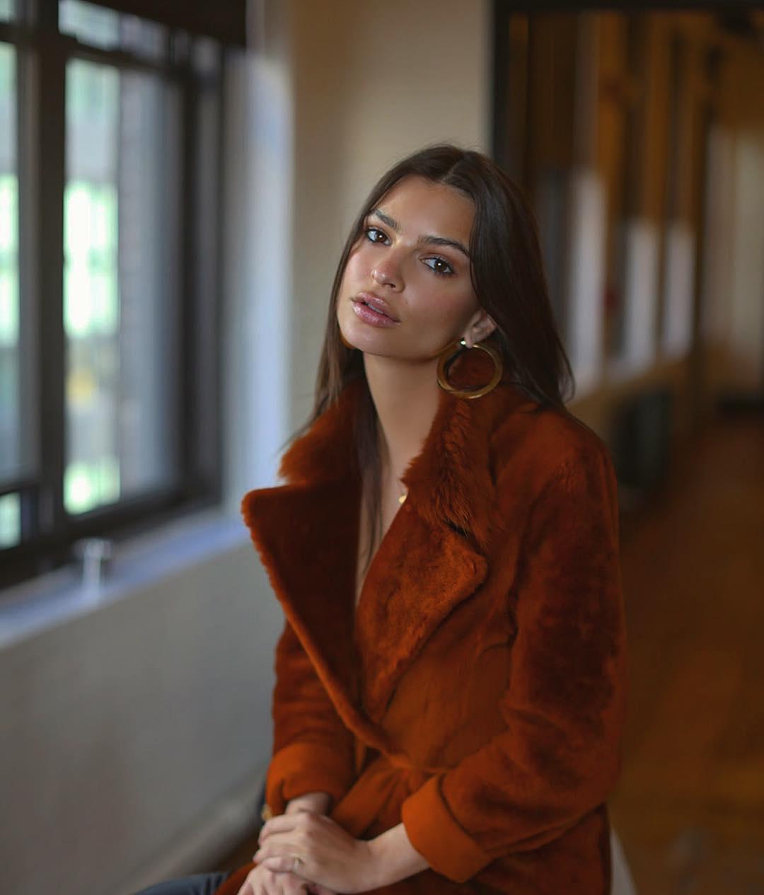 Эмили Ратаковски порадовала поклонников новым откровенным фото