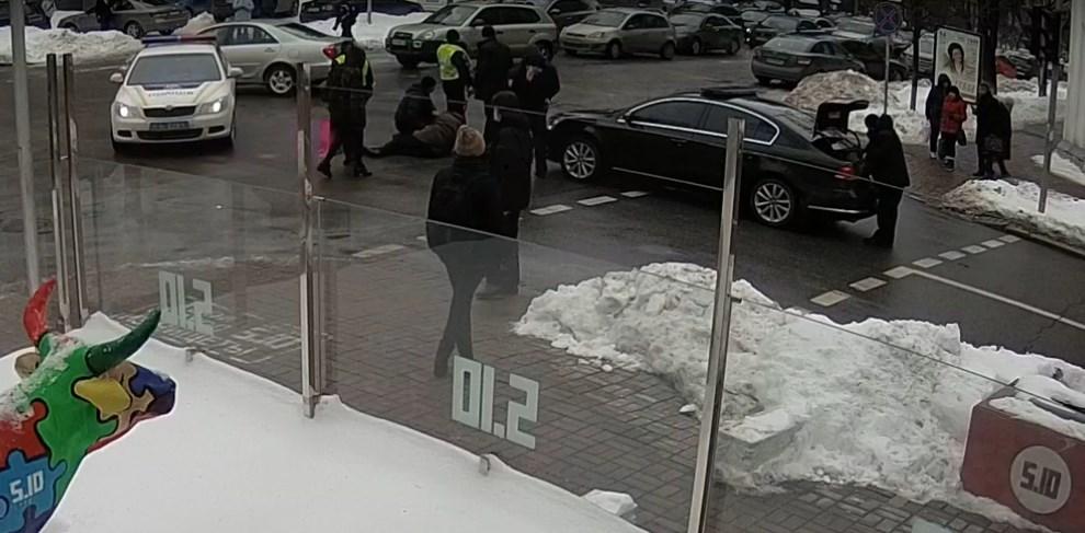 Мужчину, попавшего под автомобиль кортежа Порошенко доставили в больницу с переломом и сотрясением мозга. Фото: кадр из видео