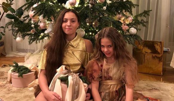 Оля Полякова покажет в новом клипе дочерей Машу и Алису, а также свою родную маму