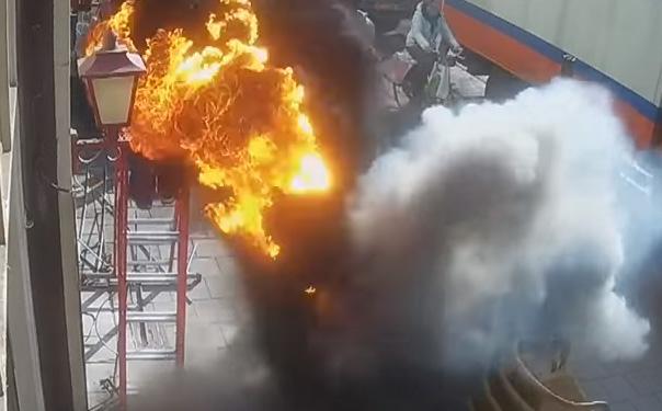 В Нидерландах из-под земли вырвался столб пламени