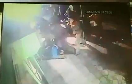 Момент драки попал в объектив камеры наружного наблюдения