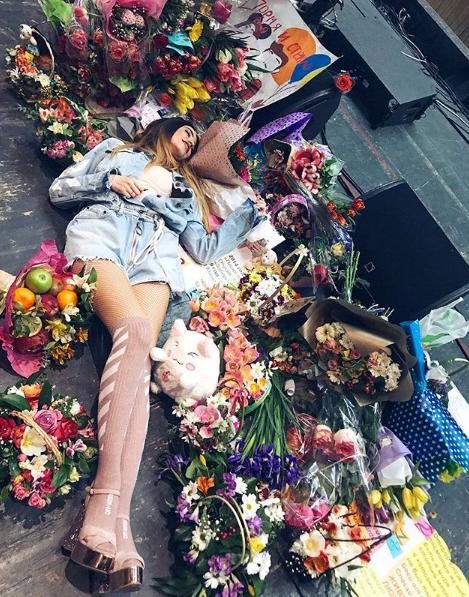 Надя Дорофеева показала фото с уймой букетов