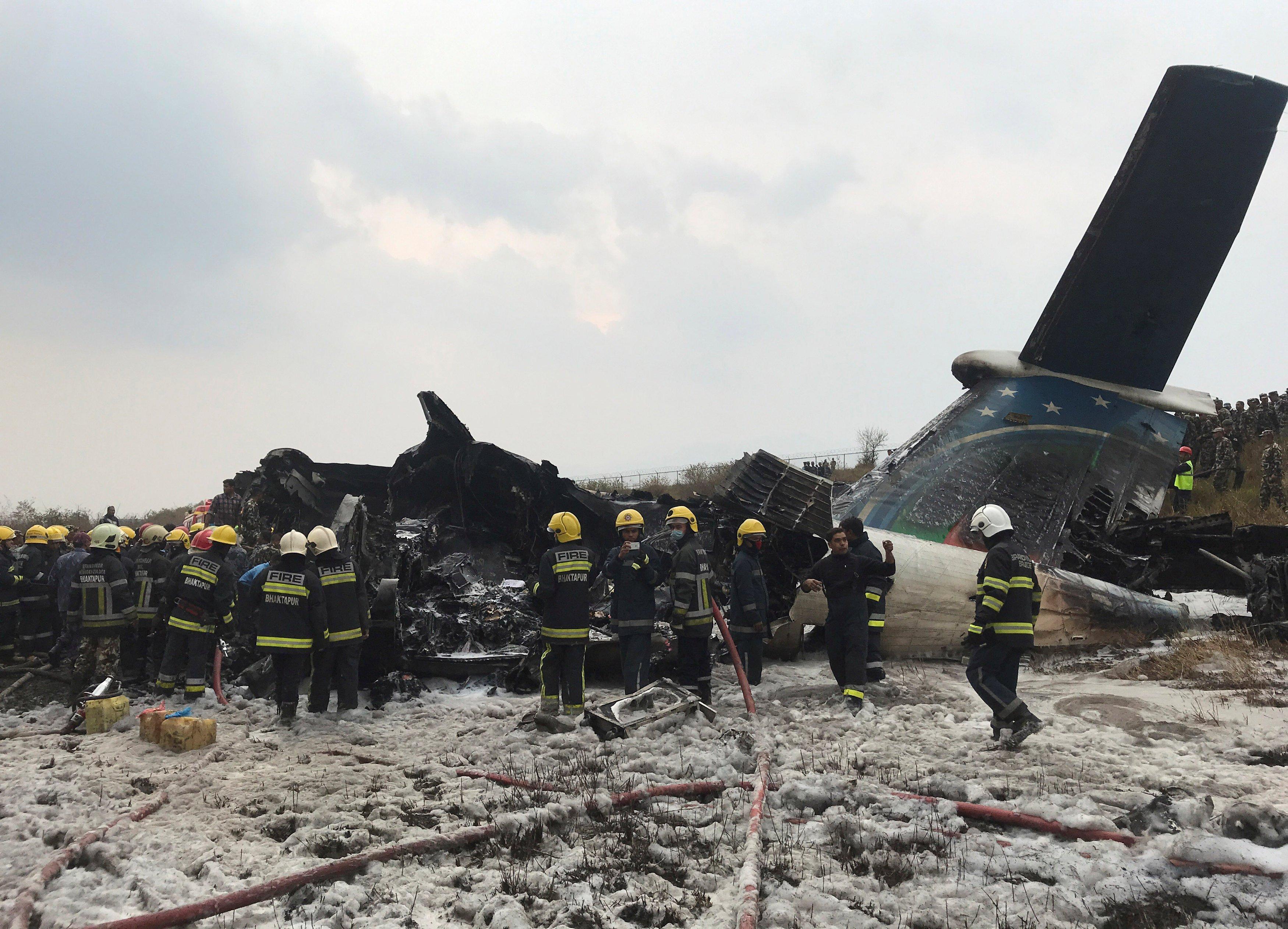 В Катманду в результате крушения самолета погибли десятки людей