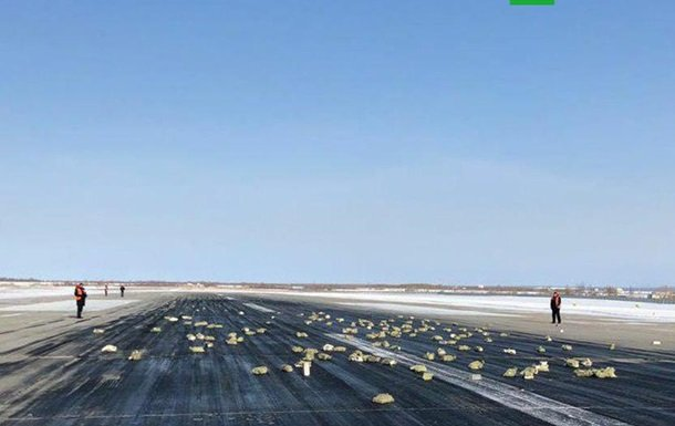 Большая часть груза золота оказалась раскиданной по взлетно-посадочной полосе