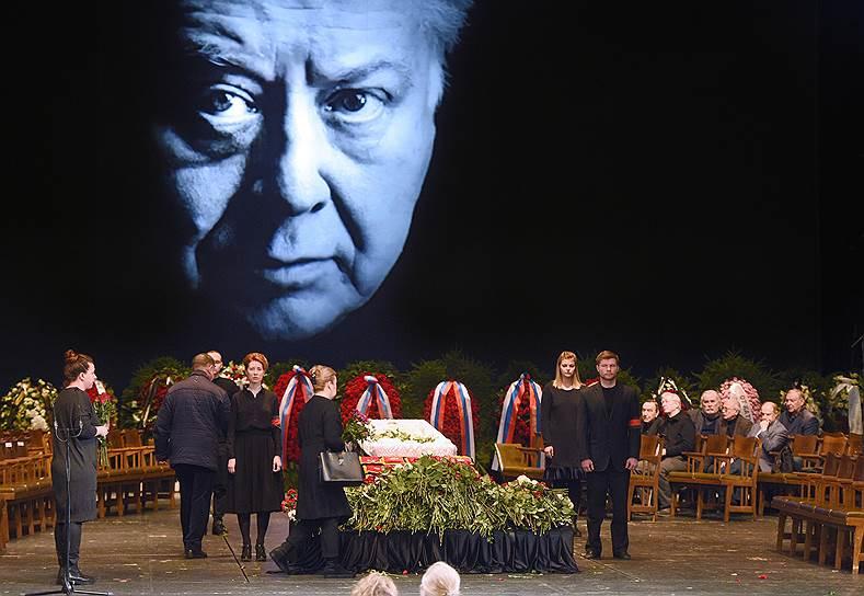 Табакова похоронили на Новодевичьем кладбище
