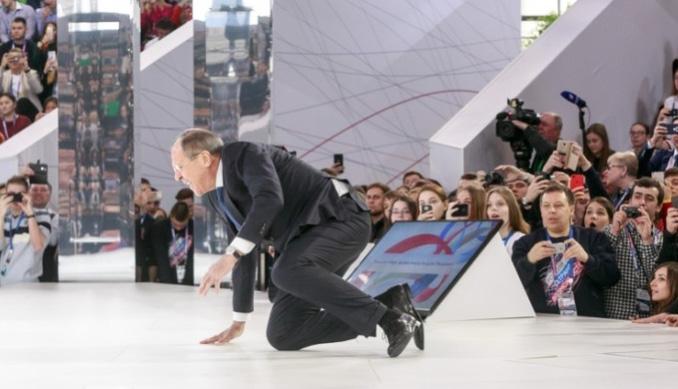 Сергей Лавров упал прямо на сцене