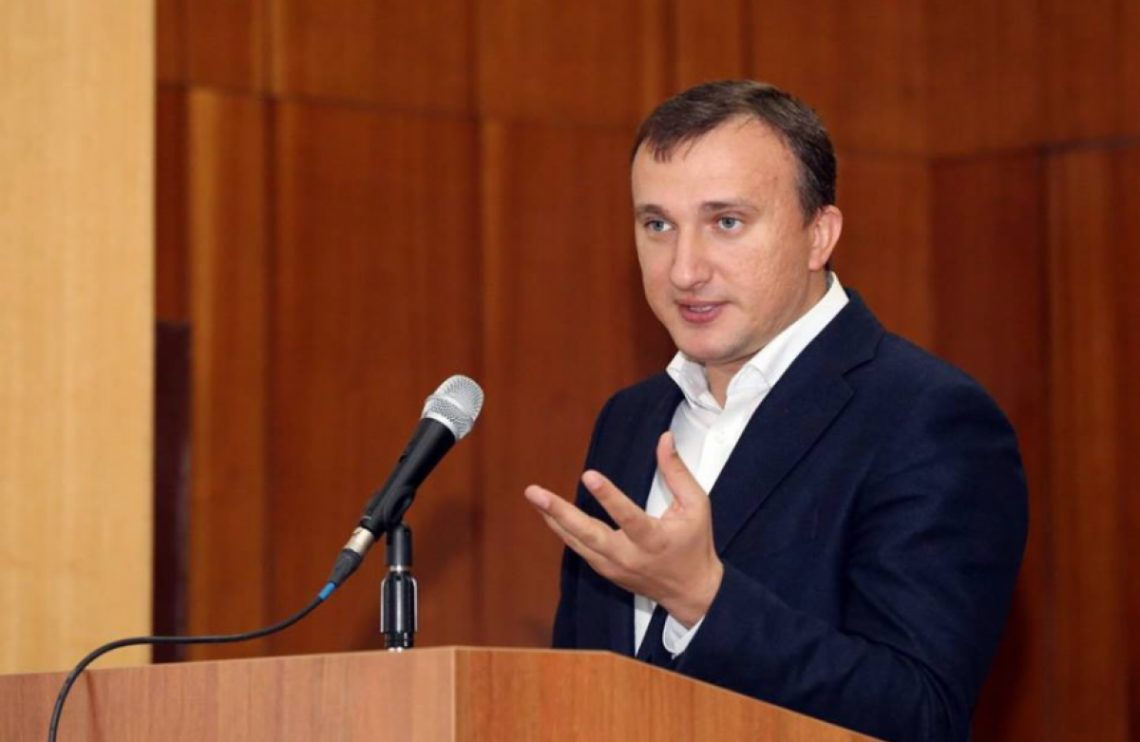 Карплюк имеет существенный финансовый и административный ресурс, что усиливает возможности партии