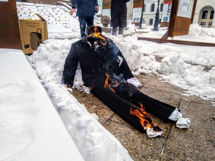 В Киеве сожгли чучело Владимира Путина. Фото: Украинская правда