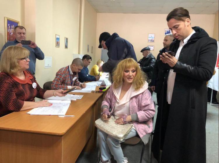 Алла Пугачева и Максим Галкин посетили избирательный участок вдвоем.