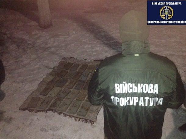 В Чернигове задержали продававшего танковую броню контрактника: фото