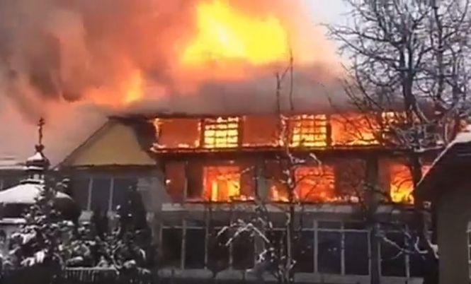Череда погромов у венгров Закарпатья: масштабный пожар уничтожил венгерский торговый центр, фото