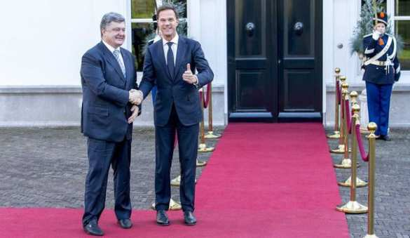 Мятые костюмы Петра Порошенко на официальных мероприятиях стали объектом насмешек