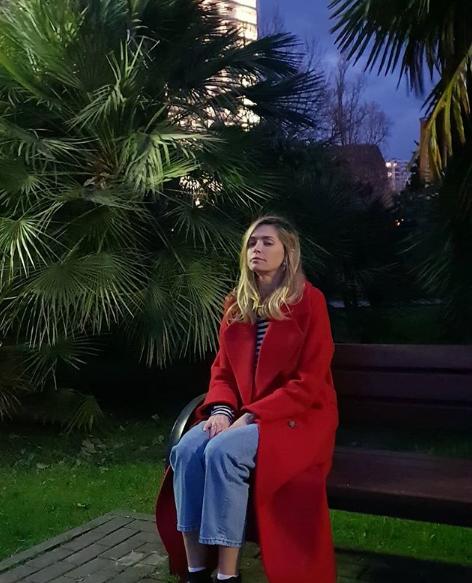 Вера Брежнева позировала возле пальм