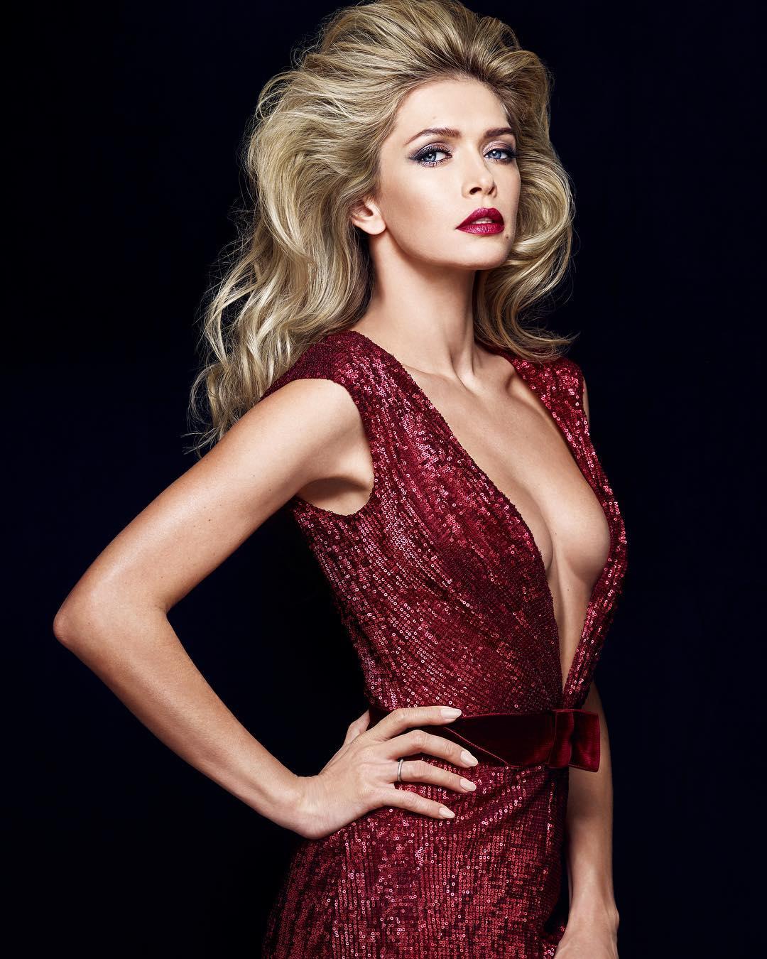 Певица предстала в красном платье с ошеломительным вырезом