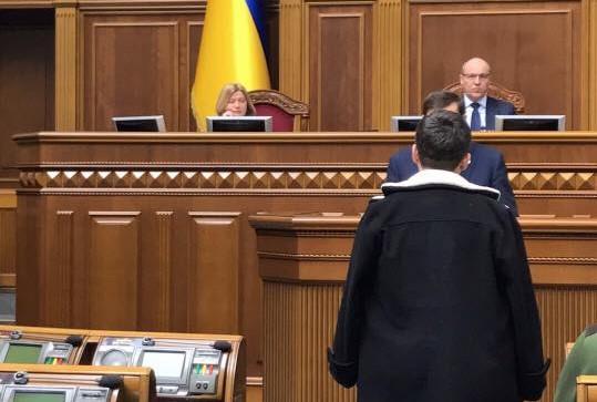 Надежде Савченко в стенах парламента зачитывают обвинения.