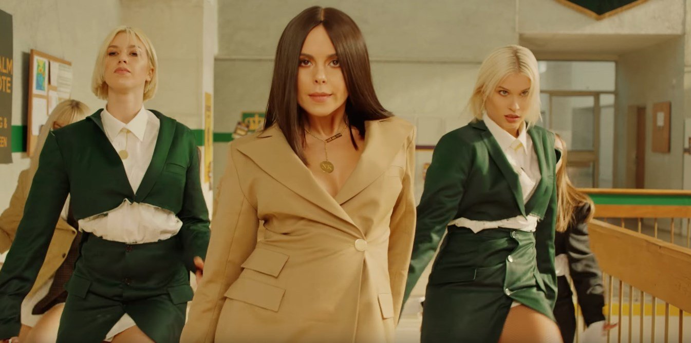 Мокрая футболка и образ роковой красотки: Каменских выпустила клип на нашумевшую песню
