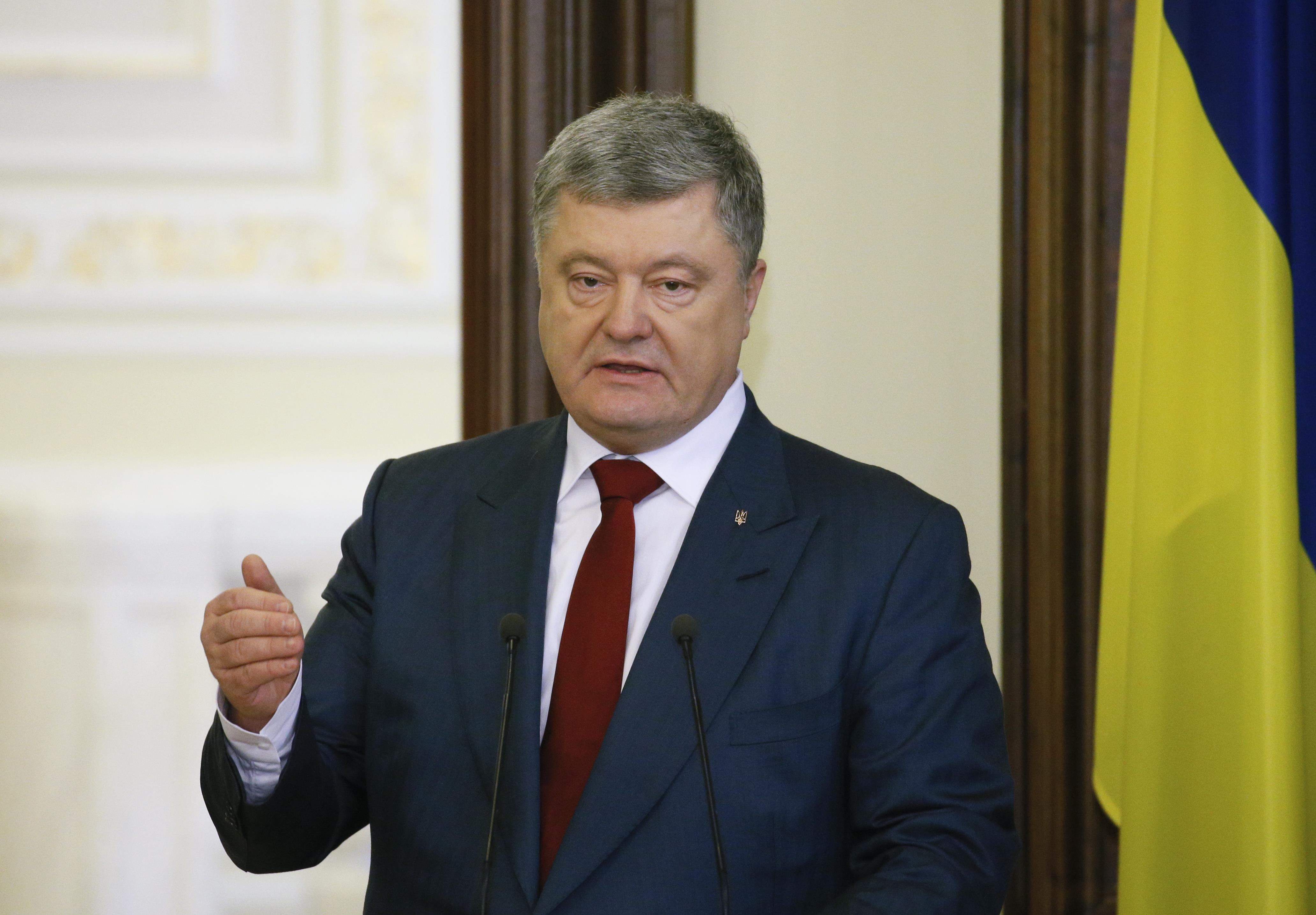 Агрессор настойчиво пытается сместить эпицентр гибридной войны как можно ближе к сердцу Украины, заявил Петр Порошенко
