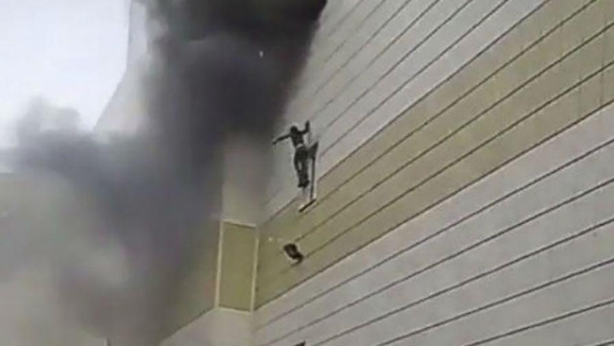 При пожаре в Кемерово люди выбрасывались из окон.