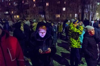 Горожане в Кемерово идут к сгоревшему зданию торгового центра