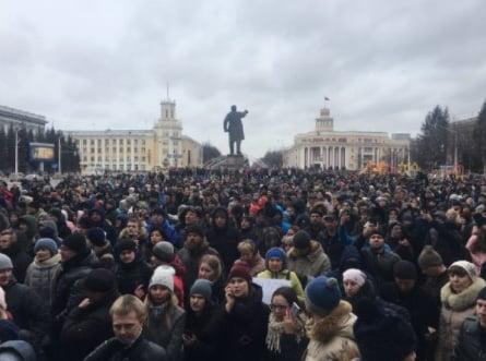В Кемерово у здания администрации собрались люди