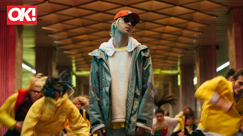Певец предстал предстал с кислотно-зелеными волосами и в total look Yeezy by Kanye West
