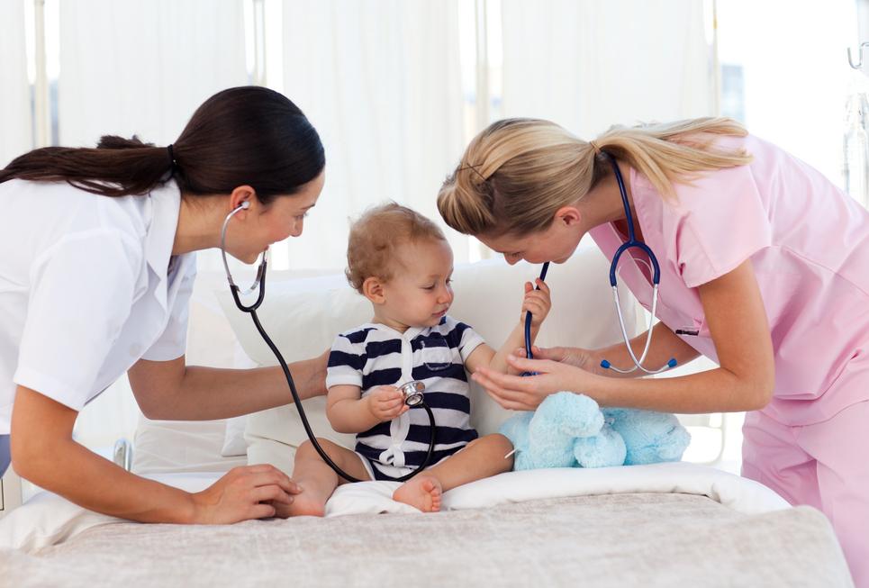 Симптомы отравления у ребенка и что делать родителям.