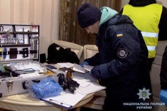 Оперативники ищут часть тела жертвы в месте, которое указал задержанный.