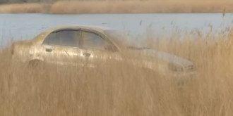 Авто с телами погибших достали из водоема