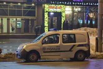 Полицейская машина возле ресторана, где произошла драка