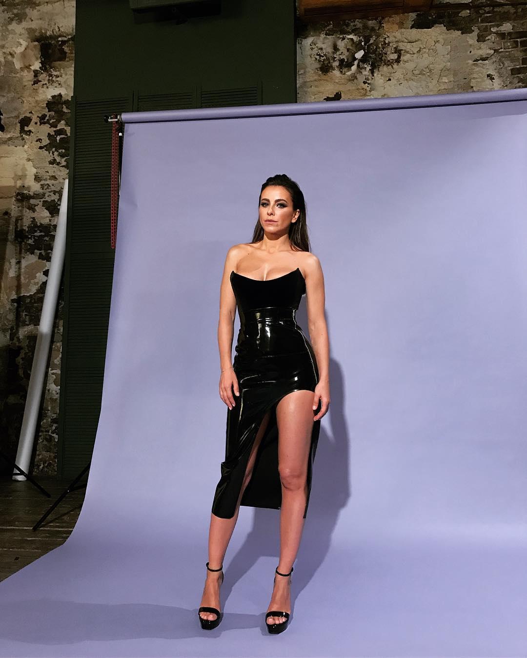 Певица предстала в роскошном платье с разрезом