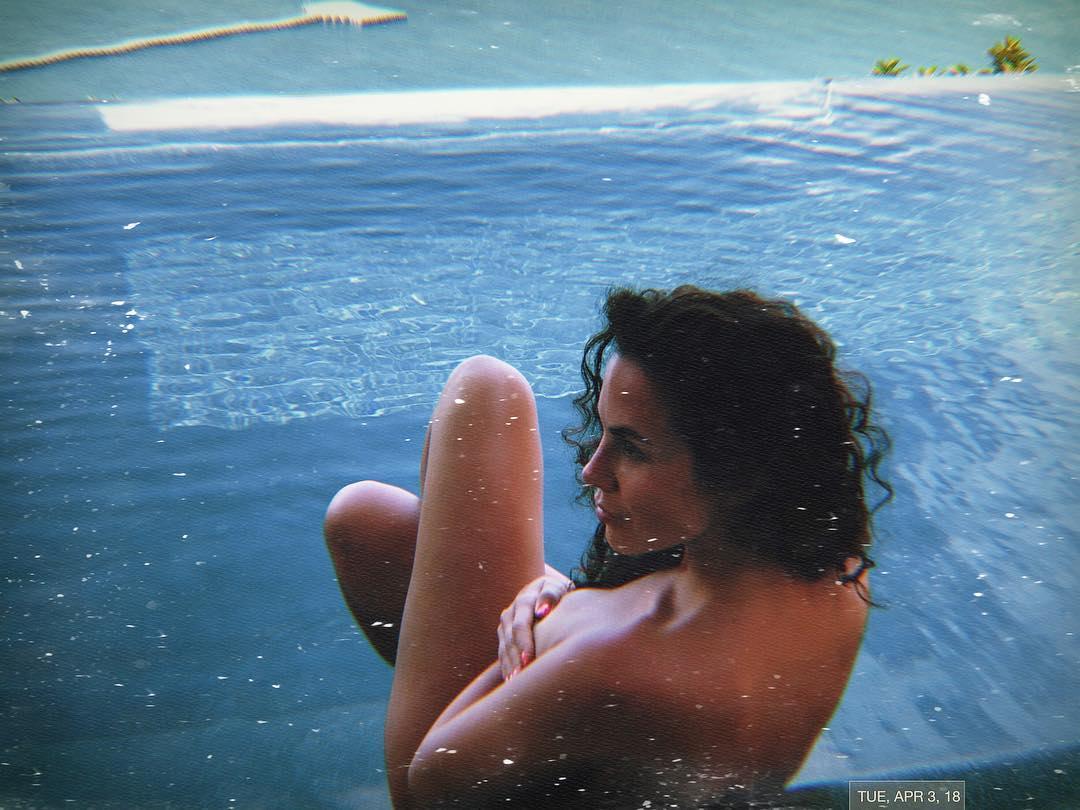 Каменских оголилась в бассейне на отдыхе