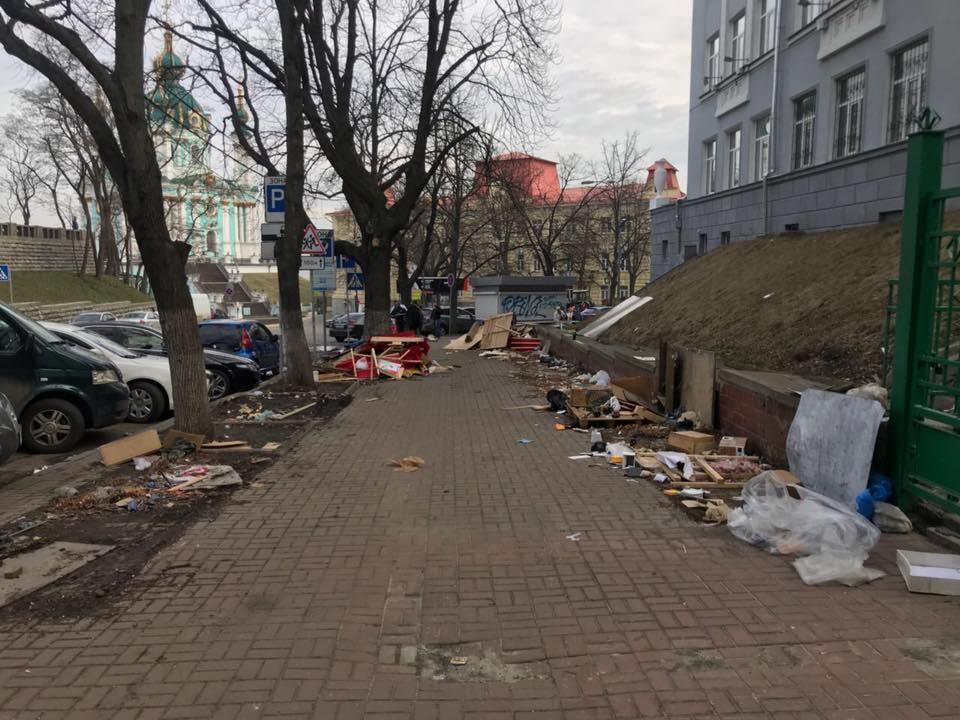 На верхней площадке Андреевского спуска демонтировали торговые точки